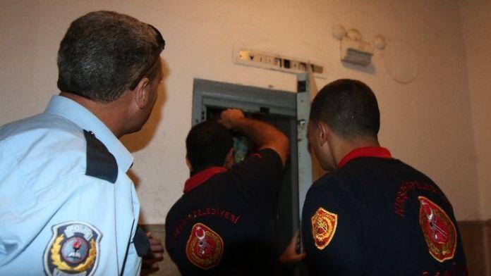 Asansörde Kalan Hemşire, 155'ten Yardım İstedi
