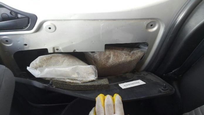 Uyuşturucuları Arabanın Kapısına Ve Motoruna Zulaladı