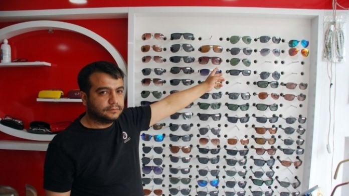 Mağazadan 35 Adet Güneş Gözlüğünü Çaldılar