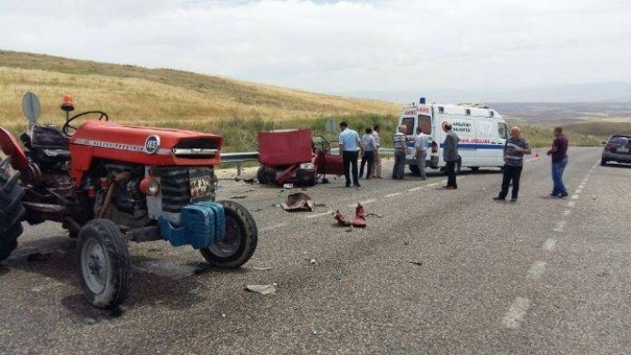 Traktör İle Otomobil Çarpıştı: 1 Ölü, 4 Yaralı