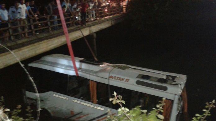 Öğrencileri taşıyan midibüs kanala uçtu: 7 ölü