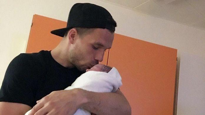 Podolski ikinci kez baba oldu