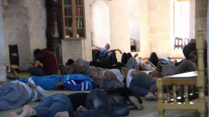 Ramazan'ın İlk Gününde Camide İşte Böyle Serinlemeye Çalıştılar