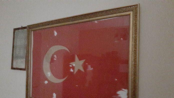 Çöpte bulduğu bayrağı çerçeveletip evine astı