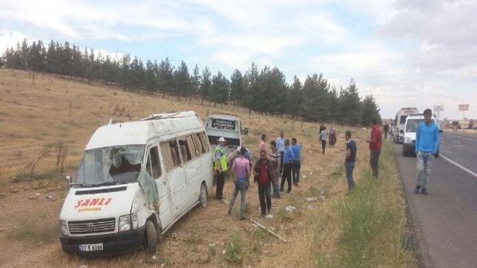 Yolcu minibüsü şarampole yuvarlandı: 12 yaralı