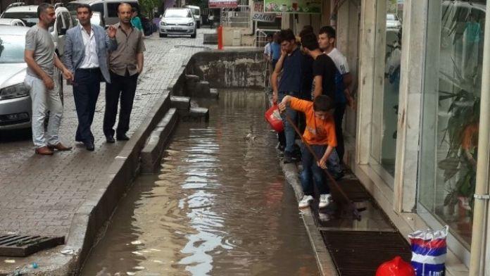 Siirt'te Ev Ve İş Yerlerine Su Bastı
