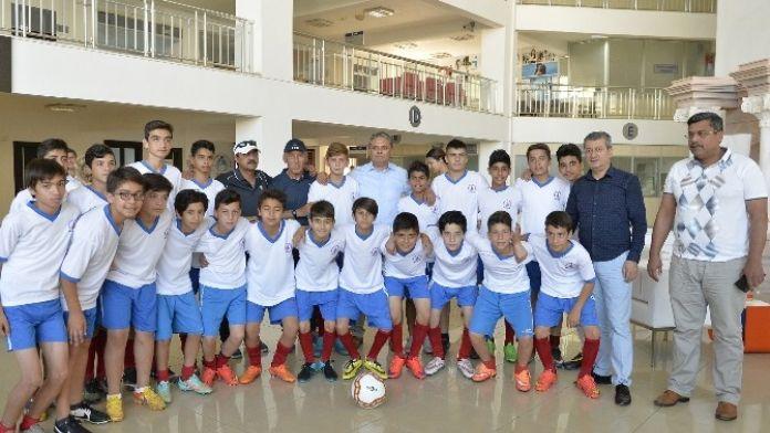 Muratpaşa U13 Futbol Takımı Başkan Uysal'ı Ziyaret Etti