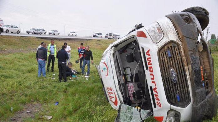 Ambulans takla attı: 1 ölü, 4 yaralı