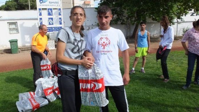 Burhaniye'de Özel Sporculara Milli Eğitimden Spor Ayakkabı