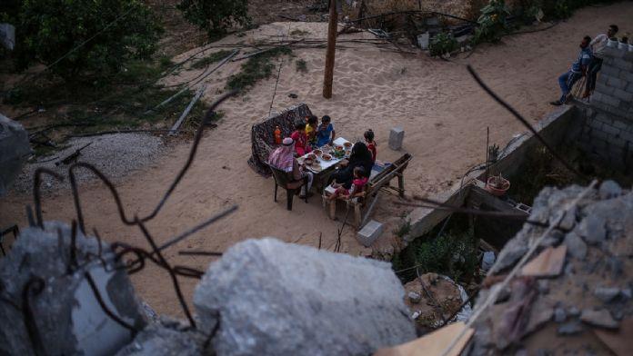 Filistinli aile İsrail'in yıktığı evlerinde iftar açıyor