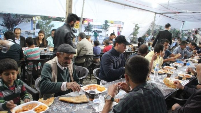 Hakkari Belediyesi İftar Çadırı Açtı