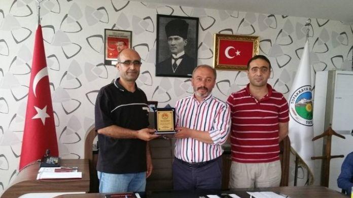 Başkan Akbulut'a Teşekkür Plaketi