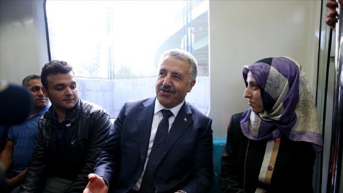 Bakan Arslan, Marmaray'da vatandaşlarla yolculuk yaptı