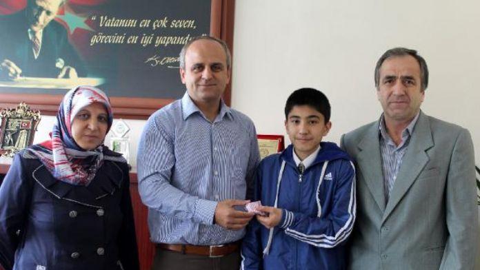 Tosya Kaymakamı TEOG'da tüm soruları doğru yanıtlayan Yasin'e ödül verdi