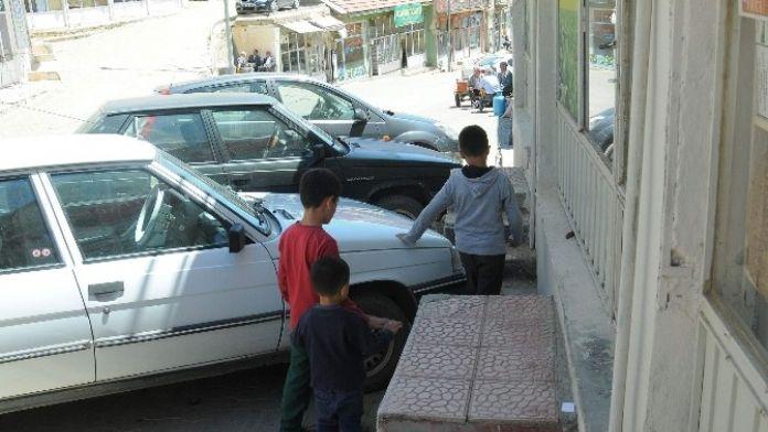 Çelikhan'da Araçlar Kaldırımları İşgal Ediyor