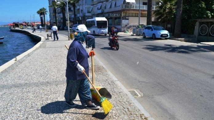 Ayvalık Cadde Ve Sokakları Kadın İşçilerle Temizleniyor