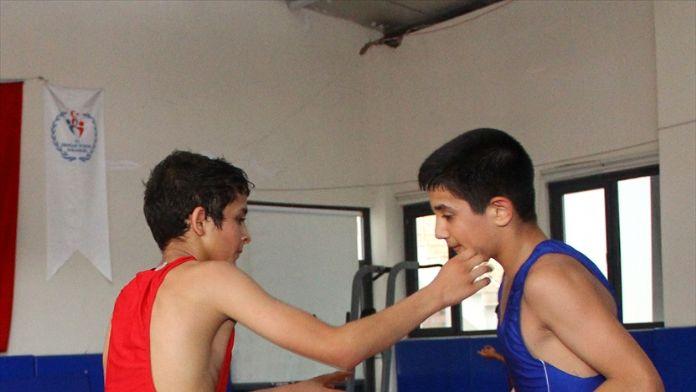 Mersinli genç güreşçiden takdir toplayan rekor