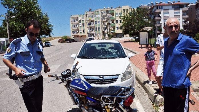 Motosikletli Gençler Otomobile Çarpıp Kaçtı