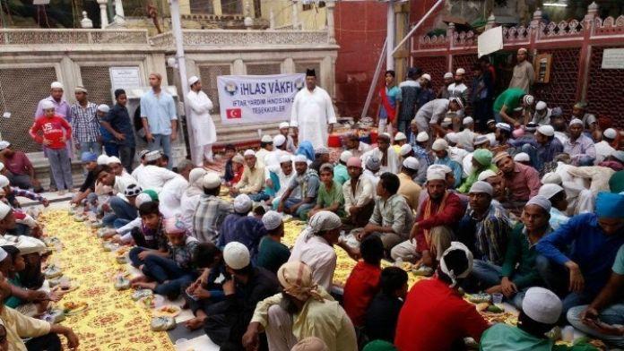 Hintli Müslümanlar İftarlarını İhlas Vakfı Sofralarında Açtı