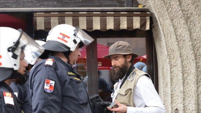 Avusturya polisinden eylemcilere biber gazlı müdahale