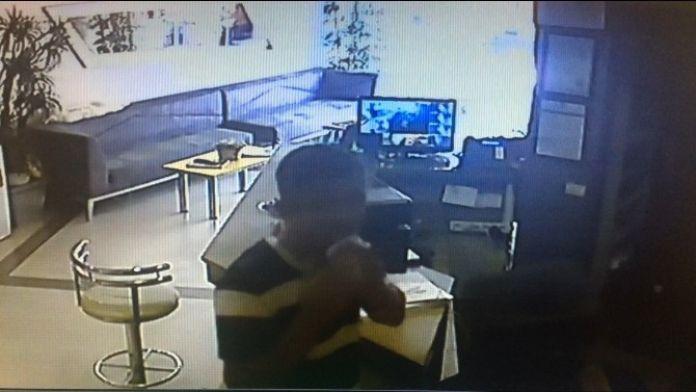 Şaşkın Hırsızdan Güvenlik Kameralarına 'Tükürüklü Kağıt' Yöntemi