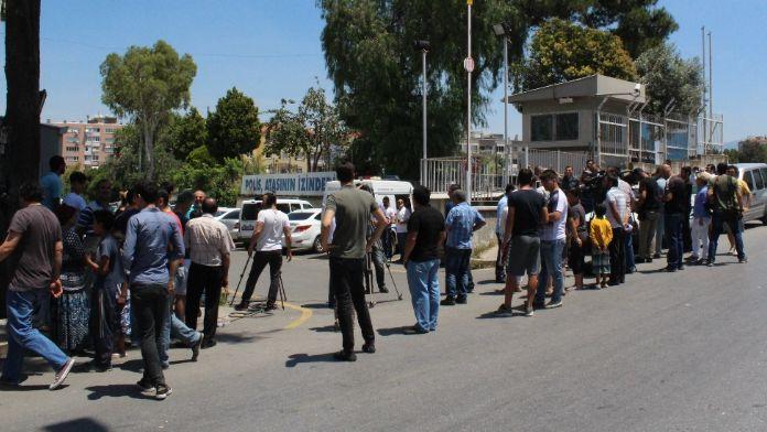 İzmirliler seri katili görmek için toplandı