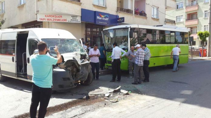 Servis aracı yolcu midibüsüne çarptı: 20 yaralı