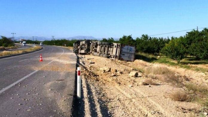 Malatya-sivas Karayolunda Tır Devrildi: 1 Ağır Yaralı