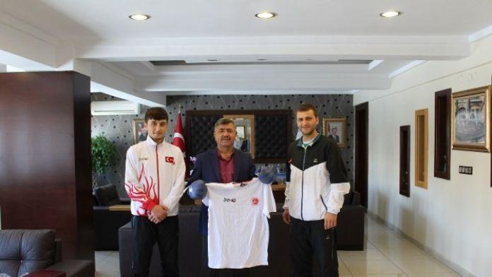 Başkan Akdoğan, Dünya Üçüncüsü Milli Sporcuyu Altınla Ödüllendirdi