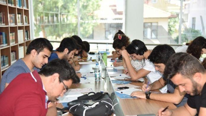 Gençler Üniversite Sınavlarına Kütüphanede Hazırlanıyor