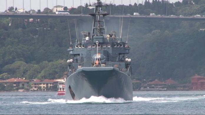 Yine Rus savaş gemisi yine silahla nöbet