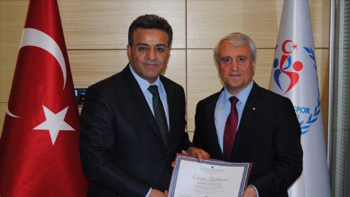 Gençlik ve Spor Bakanlığı Müsteşarı Özçelik, diplomasını aldı