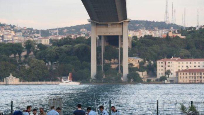 Motosikletini park edip köprüden atladı