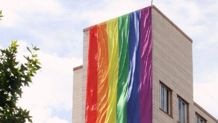 Orlando saldırısında ölenlerin anısına konsolosluk binasına gökkuşağı bayrağı asıldı