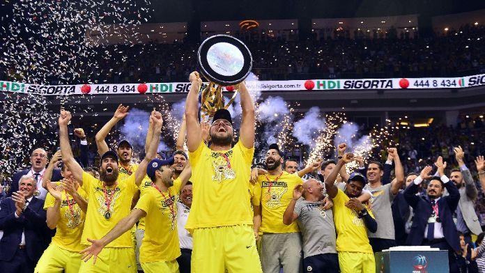 Bakan Fenerbahçe'yi tebrik etti