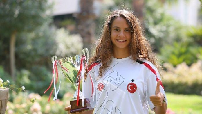 İzmirli İpek Balkan Şampiyonu