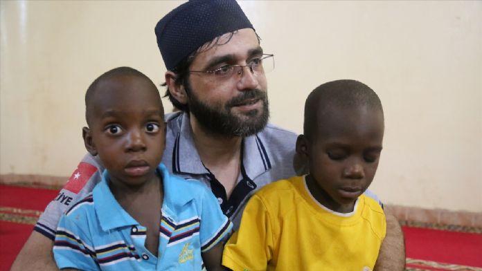 Nijerli Müslümanlar teravih namazında camileri dolduruyor