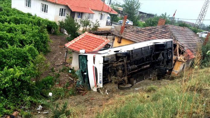 Manisa'da öğrenci servisi devrildi: 26 yaralı