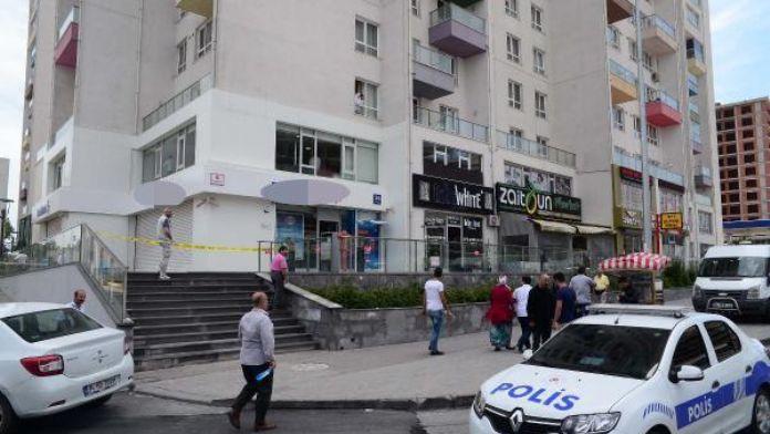 Ek fotoğraf // Esenyurt'ta silahlı ve kasklı 3 kişi banka soydu