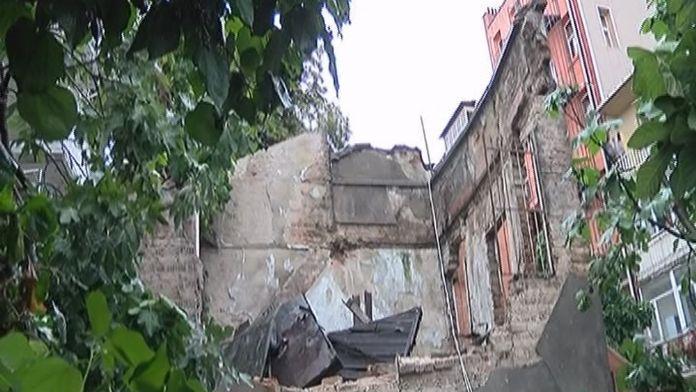 Tarihi binanın duvarı çöktü : 3 yaralı