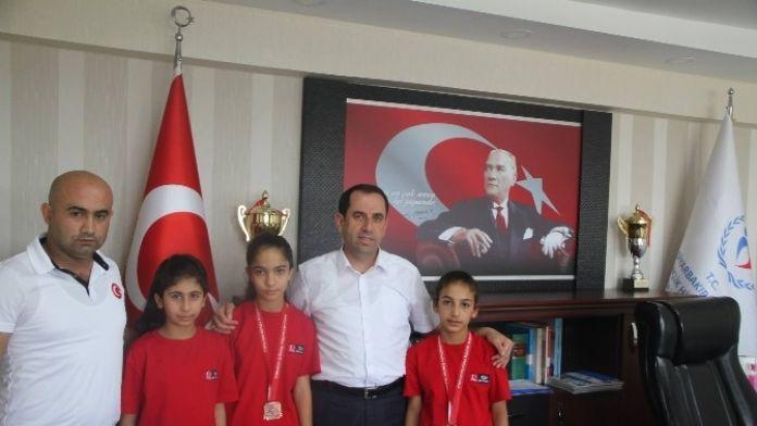 Çermikli Güreşçilerden Diyarbakır Gençlik Hizmetleri Ve İl Müdürü Demir'e Ziyaret