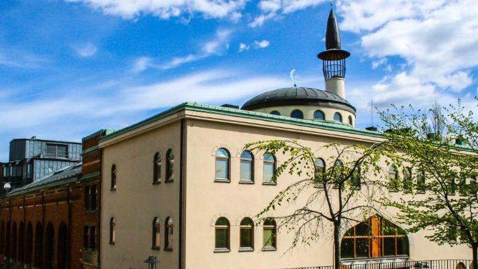 Dünyanın En Gelişmiş Ülkelerinden Birinde Cami Taşlandı!