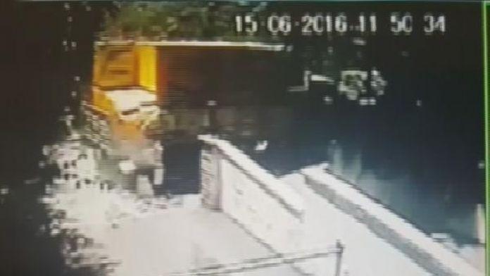 Kadıköy'deki kazada kamyondan dökülen gaz betonlar güvenlik kamerasına yansıdı