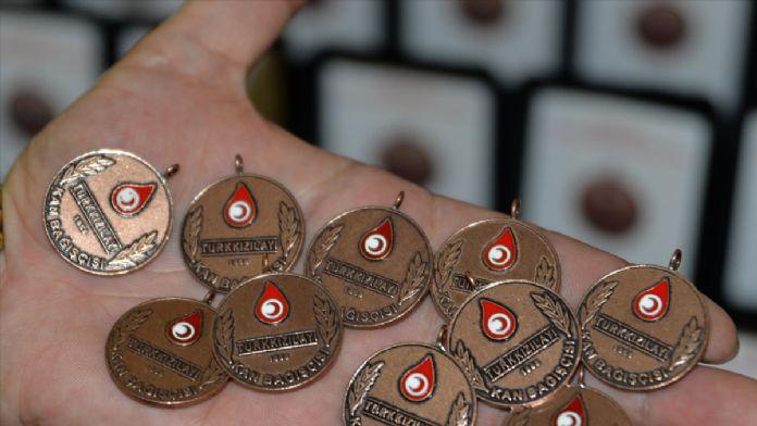 Kan bağışı yapanlara madalya