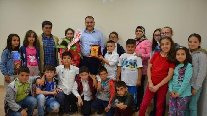 Çocuklar Görele Belediye Başkanı Erener'i Ödüllendirdi
