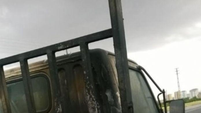 İnşaat Malzemeleri Taşıyan Araç Yandı