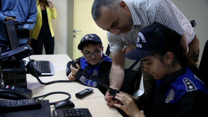 Görme engelli öğrenciler bir günlüğüne polis oldu