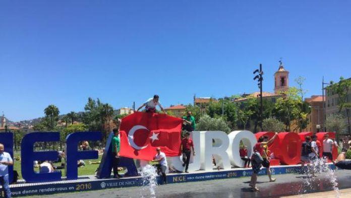 Milli maç öncesi Nice'te hareketlilik haberinin fotoğrafı
