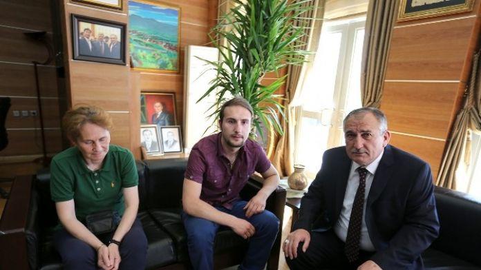 Sağ Gözünü Kaybeden Gence Belediye Başkanı Sahip Çıktı