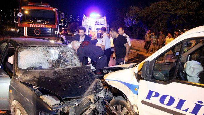 Polis aracı ile otomobil çarpıştı: 1'i polis, 3 yaralı
